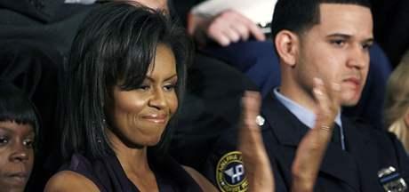 Americká první dáma Michelle Obamová naslouchá prezidentovu prvnímu projevu o stavu unie (24. února 2009)