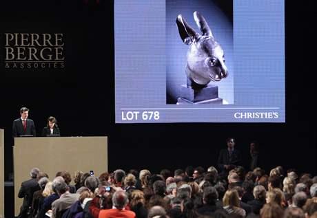 Dražba čínské sošky králičí hlavy v Paříži (25. února 2009)