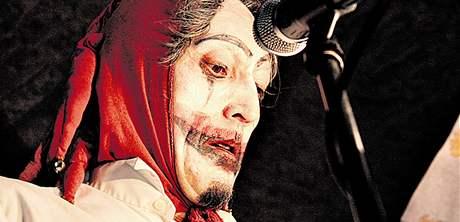 Sergej Sanža jako šašek, klaun či kašpar provází dějem