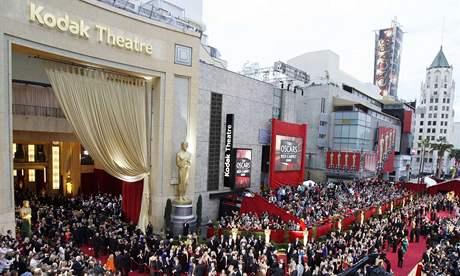 Oscar 2008 - Červený koberec. Tudy přicházely hvězdy na slavnostní galavečer.