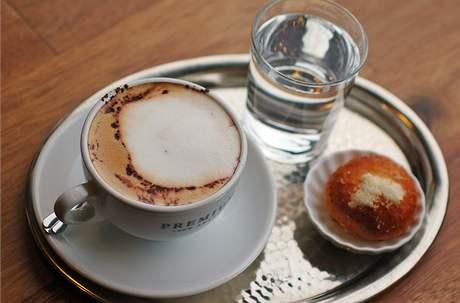 Capuccino v kavárně Zastávka