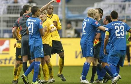 Rozhodčí Herbert Fandel ukazuje červenou kartu Weisovi z Hoffenheimu (druhý zprava) v utkání proti Dortmundu