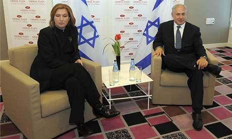 Šéfka Kadimy Cipi Livniová (vlevo) s Benjaminem Netanjahuem z Likudu