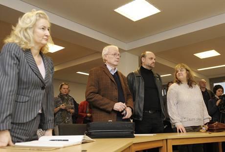 Barbara E. (vpravo) prohrála i svůj druhý soud kvůli výpovědi.
