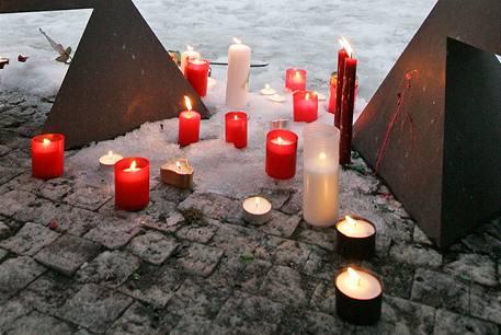 Pietní akt u památníku komunismu v Brně (24. 2. 2009)