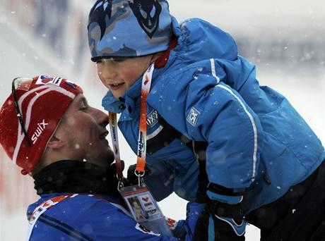 Lukáš Bauer se synem Matyášem po stříbrném závodě