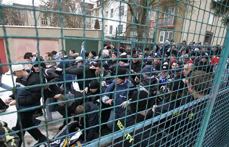 Řádění fotbalových chuligánů na stadionu na Srbské v Brně před zápasem 1. FC Brno a Baník Ostrava