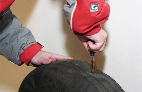 Oprava píchlého kola čínskou opravnou sadou