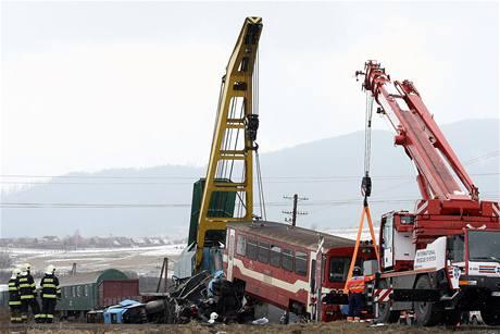 Jeřáby nadzdvihly motorák, který vykolejil po srážce s autobusem. (21. února 2009)