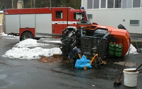 Vysokozdvižný vozík, který spadl na muže v obci Dubno na Příbramsku