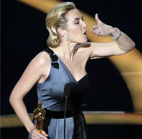 Oscar 2008 - Kate Winsletová se zlatou soškou za herecký výkon ve filmu Milk