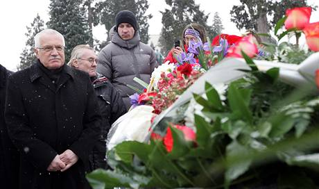 Prezident Václav Klaus u hrobu Jana Zajíce, který se před 40 lety upálil (20. ledna 2009)