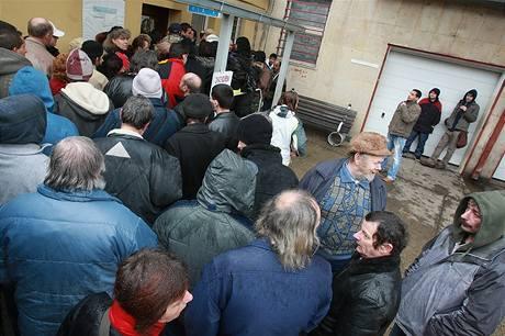 Fronta na sociální dávky před chomutovským městským úřadem (23. února 2009)