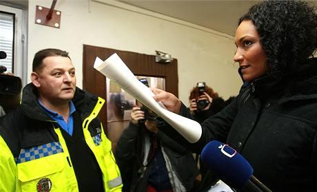 Lejla Abbasová na chomutovském městském úřadě, kde se vyplácejí sociální dávky (23. února 2009)