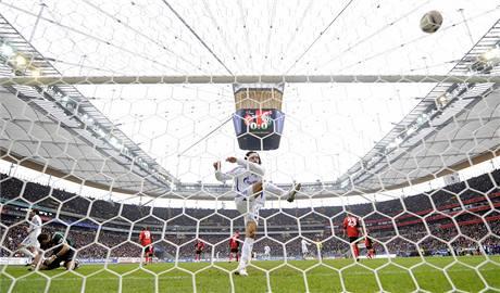 Kevin Kuranyi z Schalke oslavuje gól svého týmu proti Frankfurtu