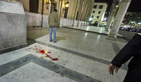 Na chodníku před mešitou zůstaly stopy krve.