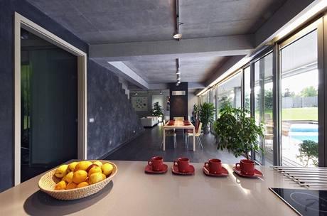 Pohledový beton a šedá barva stěn se ukázaly jako velmi praktické