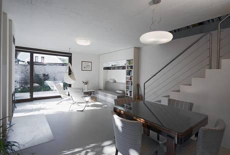 Interiér představuje příjemnou kombinaci nového a původního nábytku