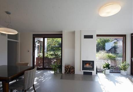 Díky teplovzdušnému vytápění s částečnou cirkulací vzduchu lze dům rychle vytopit krbem