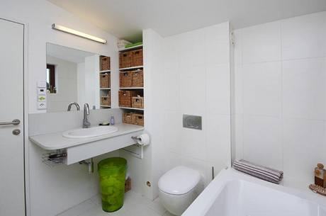 Pod umyvadlovou deskou je osazen kryt na shoz prádla