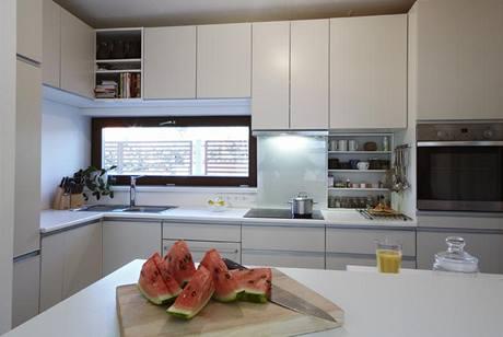 Prostor kuchyně je zcela využitý, skříňky dosahují až ke stropu
