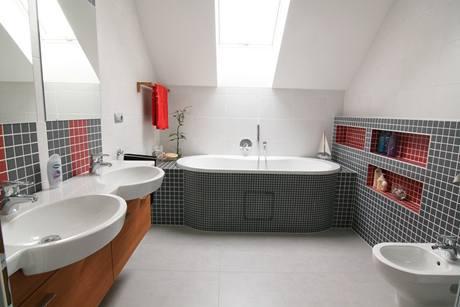Hlavní koupelna v patře má velikost osm metrů čtverečních