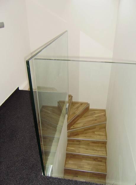 Zábradlí na galerii a kolem schodiště nahradilo čiré sklo