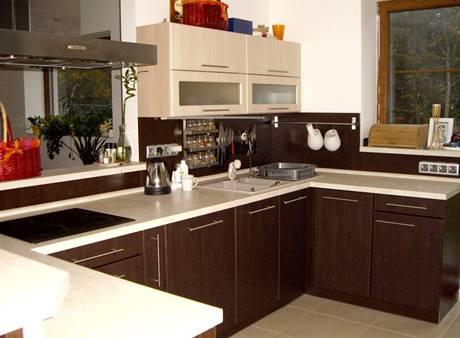 Kuchyně - dřevo wengé - doplňují krémové skříňky a pracovní deska
