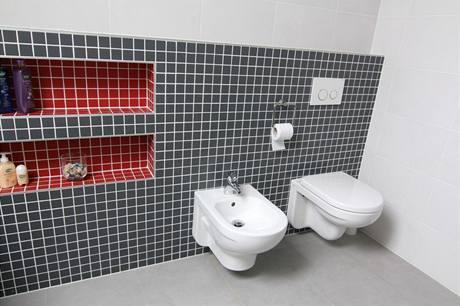 V polovysoké stěně, která ukrývá závěsný systém toalety a bidetu, vznikly zajímavé niky