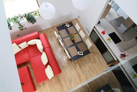 Pohled z horní galerie na obývací pokoj a kuchyni