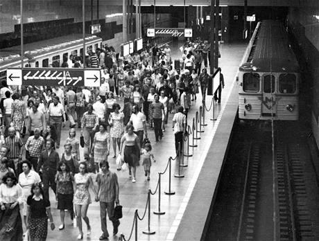 Třívozová souprava ve stanici Muzeum v roce 1974