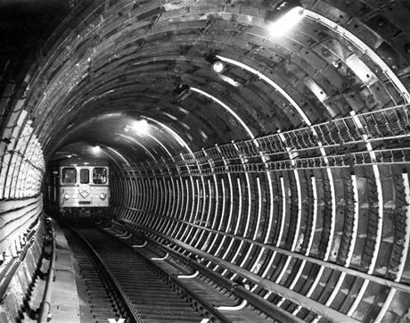 Aranžovaná fotografie z tunelu - souprava stojí