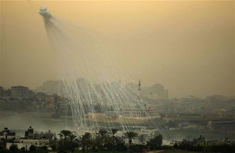 Organizace pro lidská práva obviňují Izrael, že v oblastech s civilisty používal i zbraně se zakázaným bílým fosforem