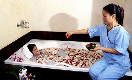 Tradiční thajská mléčná koupel s růžovými květy