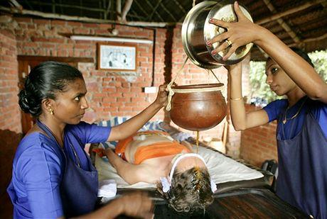 Ajurvédská léčebná procedura zvaná Shirodara (kapání oleje do tzv. třetího oka)