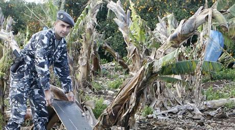Izraelští policisté prozkoumávají zbytky rakety odpálené z Libanonu 21. 2. 2008.