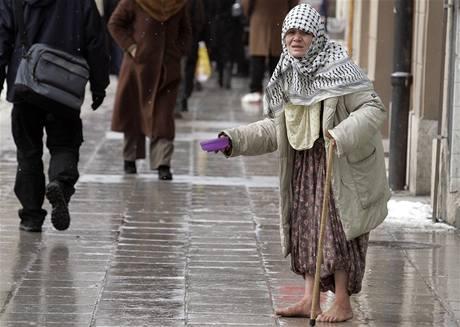 Žena žebrající v centru Sarajeva, hlavním městě Bosny a Hercegoviny