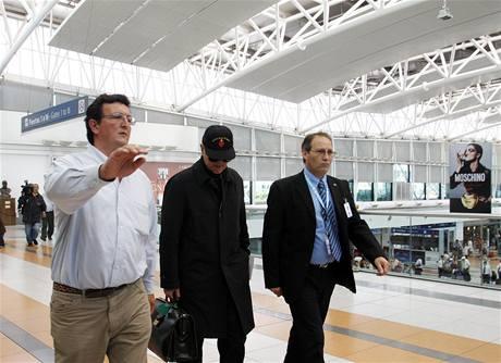 Biskup Richard Williamson před odletem z letiště v Buenos Aires