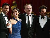 Oscar 2008 - herci z filmu Milionář z chatrče s režisérem Dannym Boylem (3. zprava)