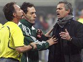 José Mourinho, trenér Interu Milán, se hádá s rozhodčím Cantalejem