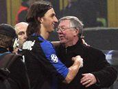 Alex Ferguson, trenér Manchesteru, se zdraví s útočníkem Ibrahimovicem z Niteru Milán