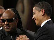 Barack Obama předává Steviemu Wonderovi Gershwinovu cenu za rok 2008