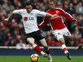 Arsenal - Fulham: Abou Diaby (vpravo) a Simon Davies