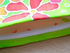 Barvou pečlivě vyplňte celou plochu výrobku, i hrany u zipu apod.