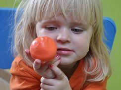 Naplněný míček uzavřete zasukováním a pěkně vytvarujte.