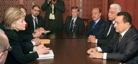 Dárcovská konference pro obnovu Gazy. Hillary Clintonová a egyptský prezident Husní Mubarak (2. března 2009)