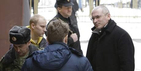 Bývalý ruský ropný magnát Michail Chodorkovskij přijíždí k moskevskému soudu (3. března 2009)