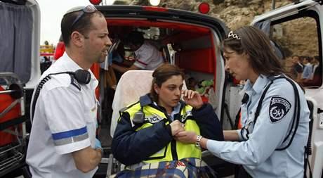 Palestinec najel buldozerem do autobusu a policejního auta v Jeruzalémě (5. března 2009)