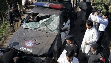 Následky pumového výbuchu u pákistánského Péšávaru (7. 3. 2009)