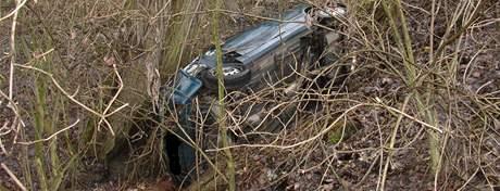 V prudké zatáčce na silnici z Hajan do Želešic vyletělo auto ze silnice a spadlo do hluboké příkopy